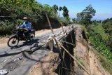 Jalan rawan longsor di lereng Gunung Merbabu