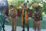 Masyarakat adat Sarmi kalungkan selendang Serpo Dandim 1712 Letkol Inf Rizky Silalahi