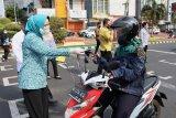 Ketua PKK Lampung bagikan masker di Tugu Adipura