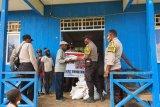 Polres Mamberamo Tengah salurkan beras ke warga terdampak COVID-19
