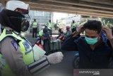 Polda Sumsel turunkan polwan  disiplinkan masker di pasar