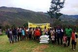 Polres Lanny Jaya dan Yahukimo salurkan beras bantuan Kapolri ke warga