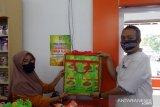 DLH Padang pasang stiker kurangi pemakaian kantong plastik di swalayan