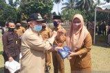 Antisipasi penyebaran COVID-19, Nasrul Abit salurkan bantuan APD di Sijunjung