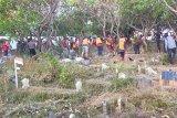 Pelanggar protokol kesehatan dihukum bersihkan makam