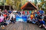 Berbagai komunitas pariwisata di Raja Ampat kerja sama bersihkan pantai