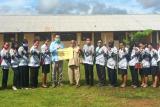 Di tengah pandemi, PT TSE tetap berikan honor guru pendalaman