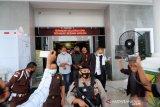 Sepuluh tersangka korupsi izin tambang bauksit ditahan