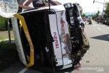Minibus Tranek jalur Padang-Sungai Geringging alami kecelakaan dengan sepeda motor, hingga rebah