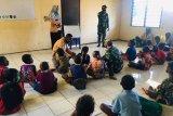 Satgas Yonif 125/Si'mbisa  gandeng mahasiswa Musamus Merauke berikan tambahan belajar  anak