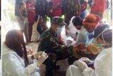 Prajurit TNI bantu Puskesmas Beoga layani imunisasi balita