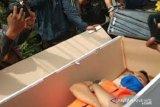 Sanksi masuk peti jenazah dihentikan setelah menuai kritik