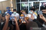 Naik motor antik, Aunur Rafiq bonceng Anwar ke KPU Karimun