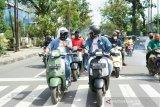 Menantu Jokowi kendarai vespa menuju KPU Medan untuk mendaftar