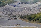 Suasana sepi Kawasan Taman Nasional Bromo Tengger Semeru di Probolinggo, Jawa Timur, Sabtu (5/9/2020). Pembukaan kembali aktivitas wisata di Gunung Bromo secara bertahap dan pembatasan sebanyak 20 persen dari total kapasitas daya tampung atau 739 orang per hari dengan mematuhi protokol kesehatan tersebut dimaksudkan untuk memulihkan kondisi sektor ekonomi dan sosial masyarakat, yang mengalami penurunan karena pandemi COVID-19. Antara Jatim/Umarul Faruq/zk