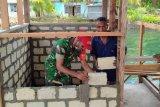 Prajurit TNI bantu warga bangun balai kampung Kawipi Kepulauan Yapen