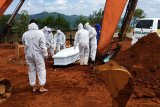Tim UP2KP-URC Polresta makamkan pasien COVID-19 meninggal di Jayapura