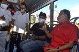 Dirjen Perhubungan Darat Kementerian Perhubungan Budi Setiyadi (kedua kanan) dan Gubernur Bali Wayan Koster (kanan) mencoba menaiki armada layanan Teman Bus yang diluncurkan di Denpasar, Bali, Senin (7/9/2020). Kementerian Perhubungan meluncurkan layanan Teman Bus di Bali bekerja sama dengan Trans Metro Dewata sebagai operator dengan koridor pertama yang diresmikan yaitu GOR Ngurah Rai Denpasar-Bandara Internasional I Gusti Ngurah Rai sebagai upaya untuk menunjang mobilisasi masyarakat serta mendorong sektor ekonomi dan pariwisata di Pulau Dewata. ANTARA FOTO/Fikri Yusuf/nym.
