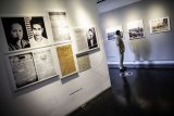Petugas keamanan mengamati karya yang ditampilkan dalam Pameran Fotografi dan Grafis Indonesia Bergerak: 1900 - 1942 saat pembukaan dan peluncuran tur virtual di Galeri Foto Jurnalistik Antara (GFJA), Jakarta, Senin (7/9/2020). Pameran dalam rangka merayakan 75 Tahun Kemerdekaan Republik Indonesia itu berlangsung hingga 7 Oktober 2020. ANTARA FOTO/Aprillio Akbar/nym.