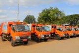 Pemkot Makassar mulai operasikan lima truk sampah compactor percontohan