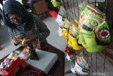 Pelaku bisnis kuliner membuat makanan olahan cokelat berbentuk karakter tokoh topeng panji yang dijual sebagai souvenir wisata di Malang, Jawa Timur, Selasa (8/9/2020). Pelaku bisnis kuliner setempat melakukan inovasi dengan  membuat souvenir wisata dari bahan makanan olahan cokelat sebagai upaya untuk mendongkrak pendapatan usahanya yang sempat anjlok hingga 50 persen saat pandemi COVID-19. Antara Jatim/Ari Bowo Sucipto/zk