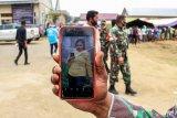 Petugas keamanan menunjukkan gambar salah satu pengungsi etnis Rohingya yang kabur dari tempat penampungan Balai Latihan Kerja (BLK) Desa Meunasah Mee Kandang, Lhokseumawe, Aceh, Selasa (8/9/2020). Pasca kaburnya seorang pengungsi bernama Tasfiah bin Salamatullah (17) pada 8 Agustus 2020, lima orang etnis Rohingya lainnya yaitu, Dilkayas (28), Jannatarah (26), Setarah Bigum (18), Rumana Actor (7th) dan Jasmin (7th) dilaporkan kabur dari tempat penampungan pada 7 September 2020, sementara Lembaga PPB untuk pengungsian (UNHCR) bersama kepolisian masih melakukan pencarian. ANTARA FOTO/Rahmad/foc.