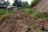 Puluhan KK di Sungai Geringging Padang Pariaman terisolasi akibat jalan tertimbun longsor