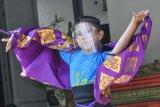 Penari berlatih tari Manukrawa di sanggar Nyalian Mas di kampung Bali, Bekasi, Jawa Barat, Rabu (9/9/2020). Latihan tari daerah Bali tersebut diadakan dengan menerapkan protokol kesehatan dan pembatasan jumlah peserta. ANTARA FOTO/ Fakhri Hermansyah/nym.