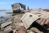 Warga melihat kondisi rumah yang rusak akibat abrasi di pantai Dadap, Juntinyuat, Indramayu, Jawa Barat, Rabu (9/9/2020). Sejumlah rumah warga di daerah tersebut rusak akibat terkikis abrasi yang tiap tahun kian bertambah. ANTARA FOTO/Dedhez Anggara/aww.