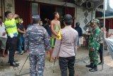 Pimpinan TNI/Polri membagi masker gratis di Sangihe