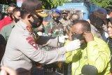 Kapolda Sulawesi Selatan bagikan masker kepada pengguna jalan