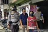 Ketua PKB Inhu dampingi polisi bagi masker gratis