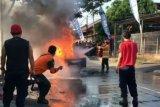 Mobil pick up pengangkut BBM terbakar di Jalan Basuki Rahman Praya