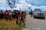 Perang dua kampung, lima orang terkena anak panah