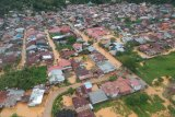 Foto udara banjir merendam rumah di Jondul Rawang, Kota Padang, Sumatera Barat, Kamis (10/9/2020). Sejumlah rumah di kawasan tersebut terendam banjir akibat intensitas hujan tinggi sejak Rabu (9/9/2020) malam. ANTARA FOTO/Iggoy el Fitra/nz