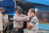 Polisi Kolaka bagikan masker untuk memutus mata rantai COVID-19