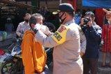 Polres Kupang Kota bagi ribuan masker kepada warga