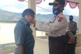 Polisi bagikan masker kepada warga yang datang ke Mapolres Tolikara