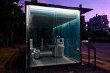 Jangan intip! Ada toilet umum transparan di taman  Tokyo
