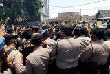 Memaksa masuk ke area Bawaslu, pendukung Ike-Zam sempat bersitegang dengan aparat