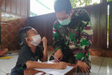 Letda Wahyuddin memberikan bimbel bahasa Inggris di perbatasan