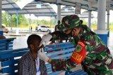 Prajurit TNI bagikan masker gratis di pasar Ukitini Kuala Kencana