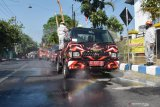 Petugas menggunakan mobil melakukan penyemprotan disinfektan di Kota Madiun, Jawa Timur, Sabtu (12/9/2020). Pemkot Madiun melakukan penyemprotan disinfektan secara massal di sejumlah wilayah seiring terus bertambahnya jumlah kasus positif COVID-19 guna pencegahan penularan penyakit yang disebabkan virus corona. Antara Jatim/Siswowidodo/zk.