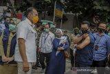 Gubernur Jawa Barat Ridwan Kamil menunjukan lengannya yang telah di suntikan vaksin di Puskesmas Garuda, Bandung, Jawa Barat, Senin (14/9/2020). Gubernur Jabar Ridwan Kamil bersama Kapolda Jabar Irjen Pol Rudy Sufahriadi, Pandam III Siliwangi Mayjen TNI Nugroho Budi Wiryanto dan Kepala Kejati Jabar Ade Eddy Adhyaksa menjalani uji klinis tahap tiga berupa penyuntikan vaksin COVID-19. ANTARA JABAR/Raisan Al Farisi/agr