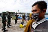 Prajurit TNI Kodam Iskandar Muda mensosialisasikan protokol kesehatan kepada penumpang dan ABK kapal kayu yang baru tiba dari pulau terluar di Ulee Lheu, Banda Aceh, Aceh, Senin (14/9/2020). Sosialisasi protokol kesehatan dengan mengajak dan mengimbau warga dari Pulau Nasi dan Pulau Aceh untuk memakai masker, menjaga jarak, mencuci tangan pakai sabun serta menghindari kerumunan tersebut sebagai upaya pencegahan penularan COVID-19 yang terus meningkat di seluruh Indonesia. Antara Aceh/Irwansyah Putra