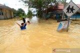 Suasana kota yang sedang terendam banjir di Putussibau, Kabupaten Kapuas Hulu, Senin (14/9/2020). Banjir yang melanda Putussibau secara merata sejak Minggu (13/9/2020) kemarin tersebut terjadi akibat tingginya curah hujan selama beberapa hari terakhir hingga melumpuhkan aktivitas masyarakat di kota setempat. ANTARA FOTO/Jessica Helena Wuysang.