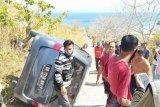 Gara-gara rem blong, mobil Daihatsu Xenia terbalik saat menuju Pantai Pink (Video)