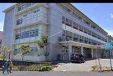 Petugas medis berjalan di kawasan Rumah Sakit Universitas Udayana, Jimbaran, Badung, Bali, Senin (14/9/2020). Terus meningkatnya kasus COVID-19 di Bali membuat okupansi rumah sakit khusus untuk penanganan COVID-19 di Provinsi Bali tersebut hingga Senin (14/9) siang nyaris penuh dan tersisa sekitar empat persen dari total 88 tempat tidur yang tersedia untuk merawat pasien. ANTARA FOTO/Fikri Yusuf/nym.