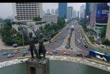 Foto aerial suasana kendaraan melintas di Bundaran HI, Jakarta, Senin (14/9/2020). Pada hari pertama penerapan Pembatasan Sosial Berskala Besar (PSBB) di DKI Jakarta arus lalu lintas kendaraan terpantau lancar. ANTARA FOTO/Sigid Kurniawan/nym.