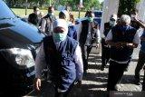 Gubernur Jawa Timur Khofifah Indar Parawansa (kiri) berjalan menuju gedung Bakorwil Pamekasan saat melakukan kunjungan, Pamekasan, Jawa Timur, Senin (14/9/2020). Dalam kesempatan itu Khofifah menyerahkan bantuan ventilator kepada RSUD Bangkalan, Sampang dan Sumenep, serta 8.000 masker untuk Korkab PKH, TKSK, Tagana dan  Bantuan Langsung Tunai Dana Desa (BLT DD) serta BUMDes. Antara Jatim/Saiful Bahri/zk.